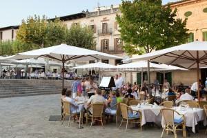 Spain, Mallorca, Pollenca (Pollensa): Restaurants in Plaza Mayor | Spanien, Mallorca, Pollenca (Pollensa): Restaurants am Plaza Mayor